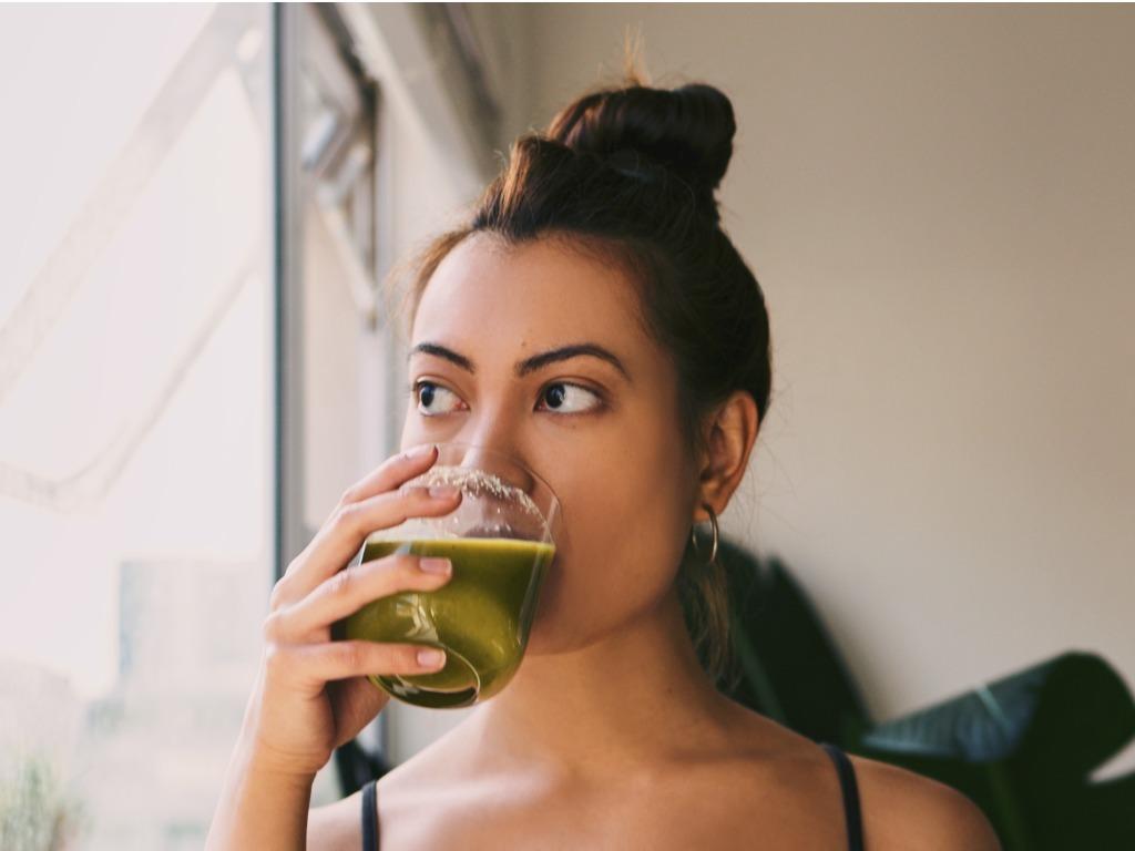 一个简单的技巧把你的水变成排毒的绿色果汁OXYGN一个简单的技巧把你的水变成排毒的绿色果汁 ♥ OXYGN